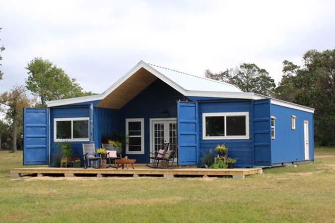 Casa azul bonita en contenedores maritimos