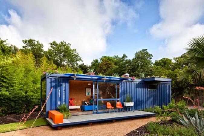 Casa azul con contenedor marítimo